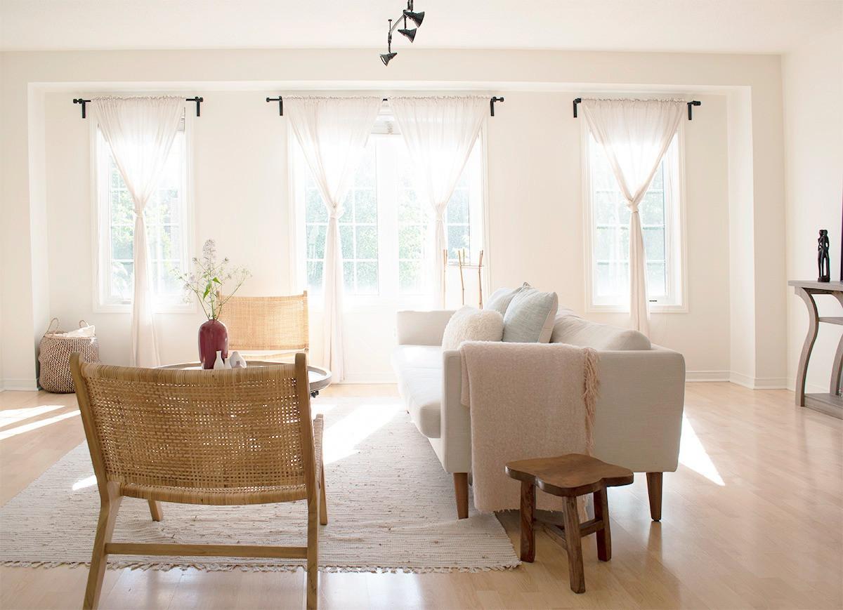 Airy_open_livingroom_window_treatments_S