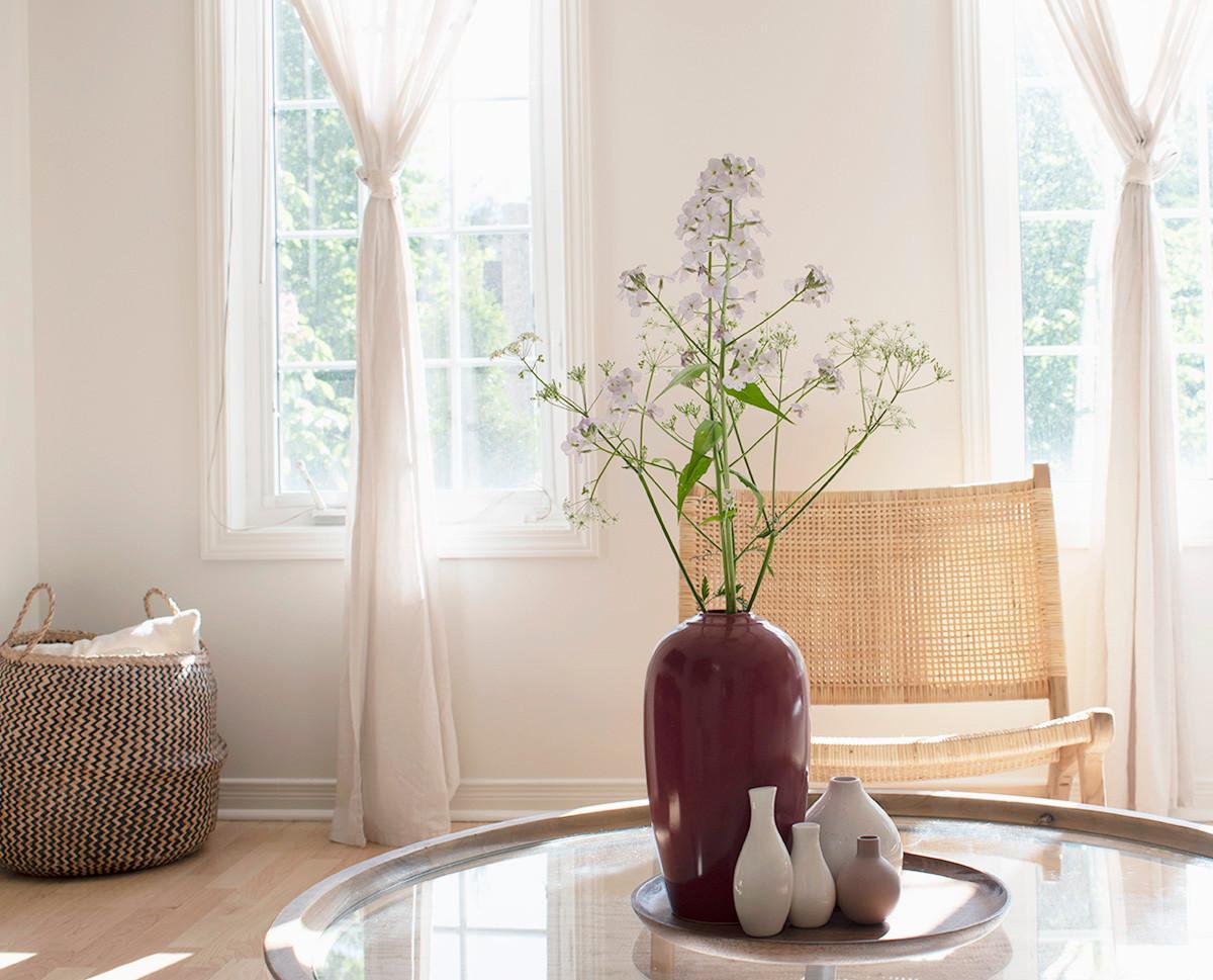 Airy_open_livingroom_coffeetable_vignett