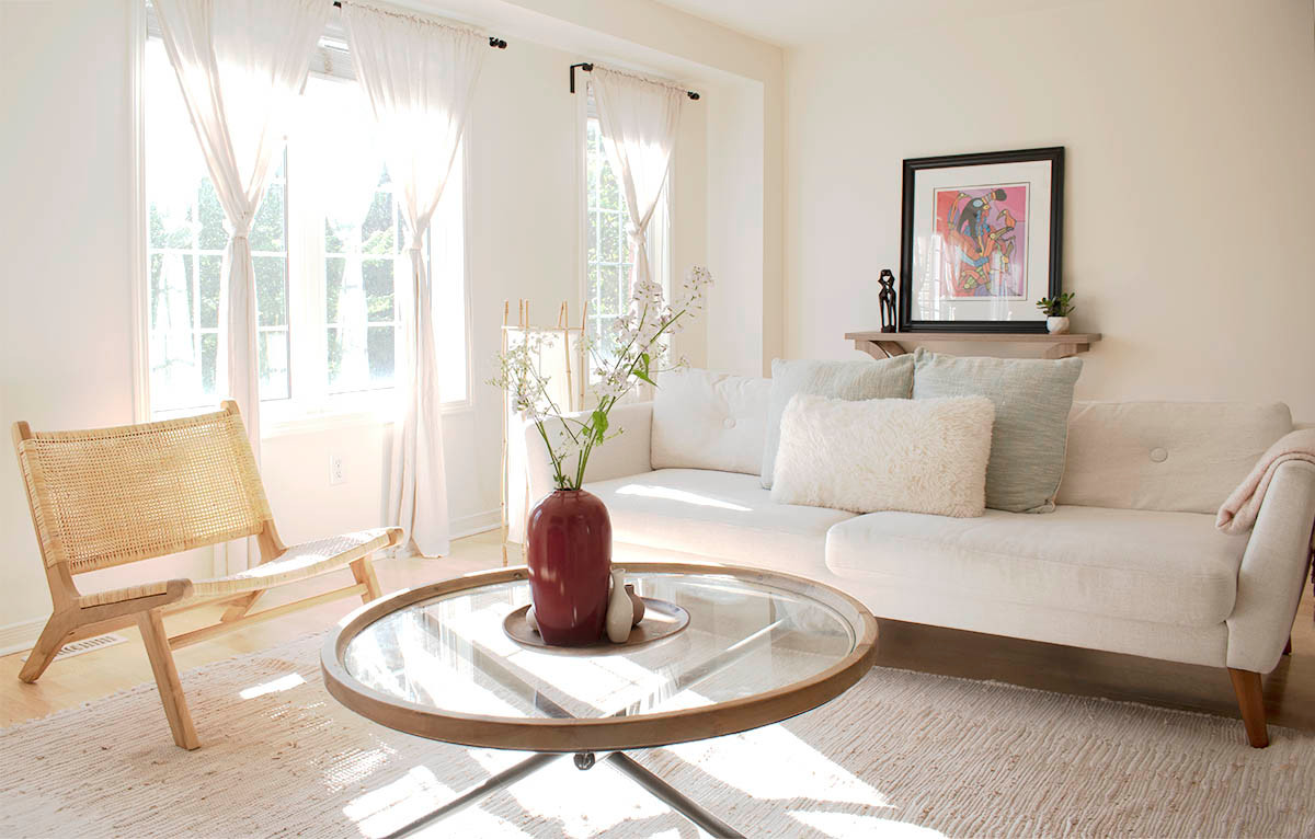 Airy_open_livingroom_accentchairs_Sha_St