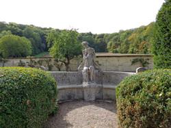 Sculpture réunissant nymphe et satyre, de Joé Descomps
