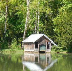 Embarcadère sur les rives de l'étang de Lavaux