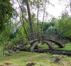 Pont en rocaillage réunissant les îlots de l'étang de Lavaux