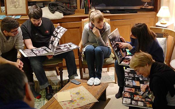 Groupe de personnes dans bibliothèque
