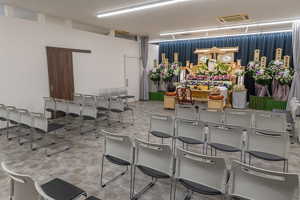 白木祭壇斜め広角天井少なめ.jpg