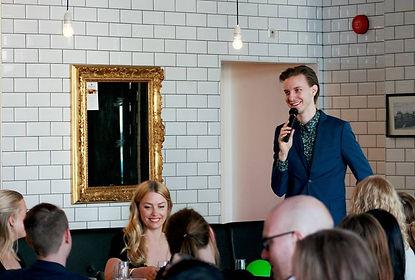 Hampus Algotsson underhåller på en middag i Lindholmen