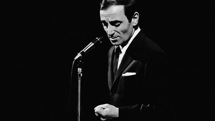 charles-aznavour-deces-chanteur-scene-ar