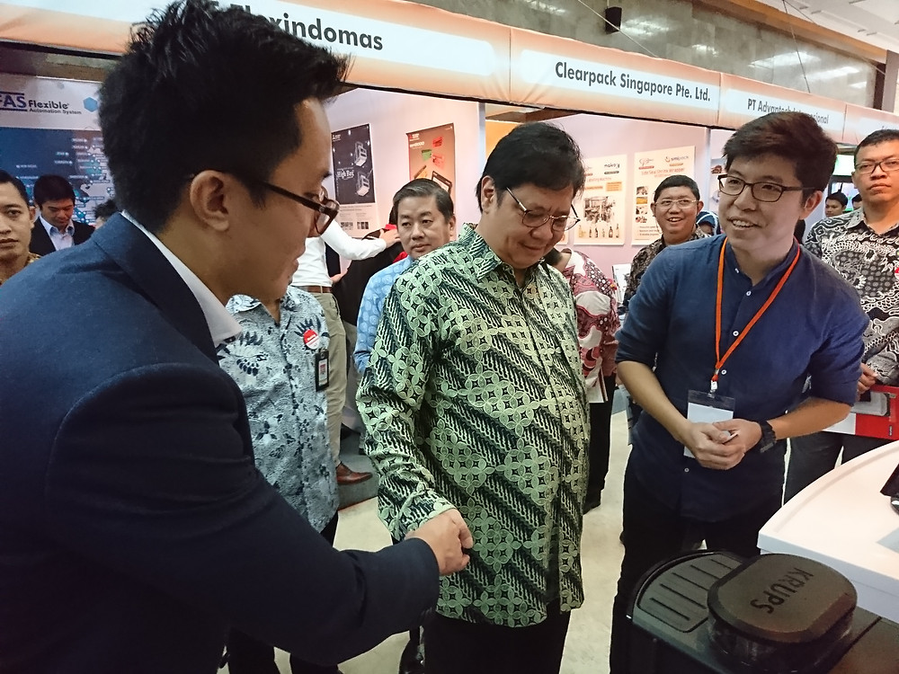 Left: Felius, Business Development Manager of Auk Industries; Middle: Airlangga Hartarto, Minister of Industry (Indonesia); Right: Lee Eu Harn, CMO & Co-founder of Auk Industries