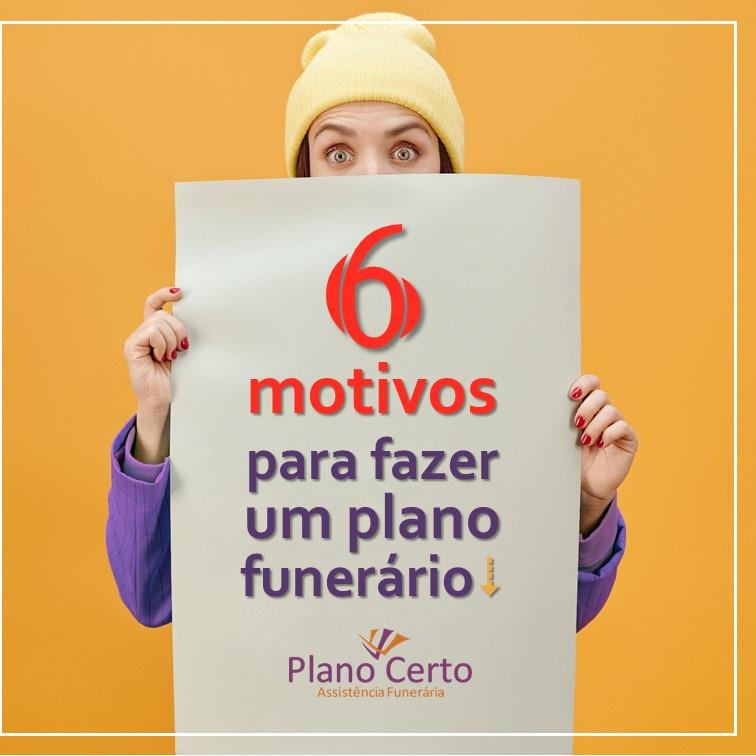 Mulher segurando um cartaz com os dizeres 6 motivos para fazer um Plano Funerário