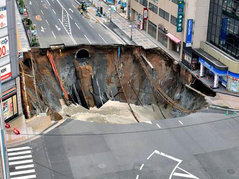 Japoneses levam 48 horas para reparar cratera gigante e avenida é reaberta