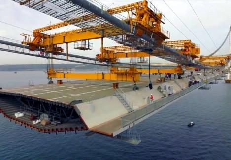 Quarta maior ponte suspensa do mundo é construída no Golfo de Izmit.