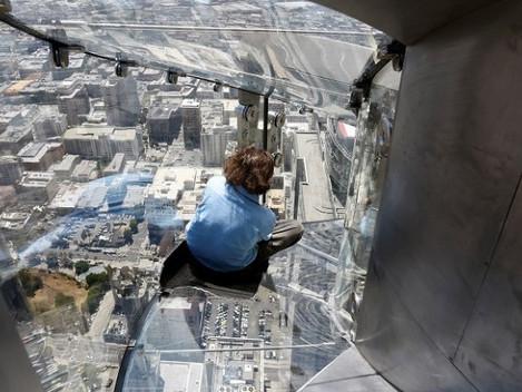 Tobogã de vidro é inaugurado em arranha-céu de Los Angeles