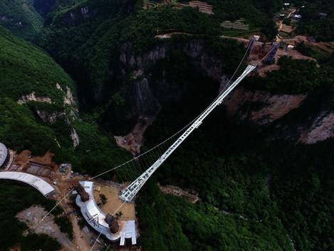 Testes a marretadas comprovam a resistência da maior ponte de vidro do mundo