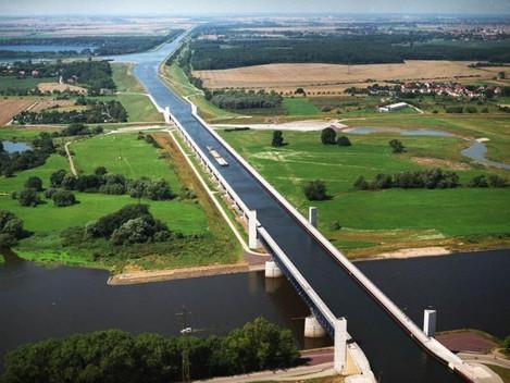 Na Alemanha, embarcações cruzam o Rio Elba em cima da maior Ponte Aquífera da Europa