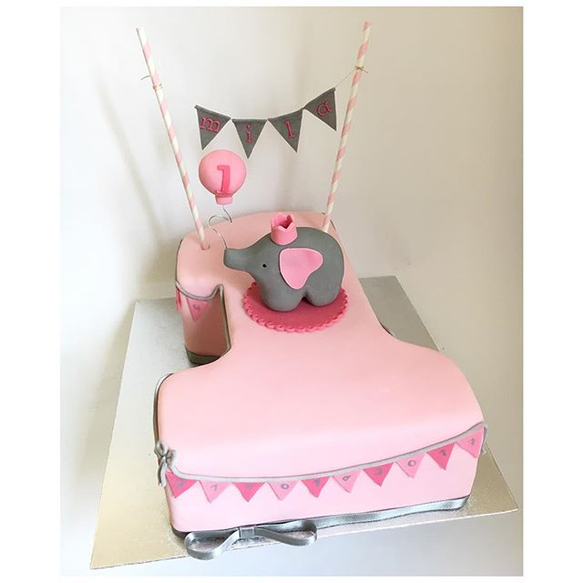 One 🎀 #firstbirthday #firstbirthdaycake