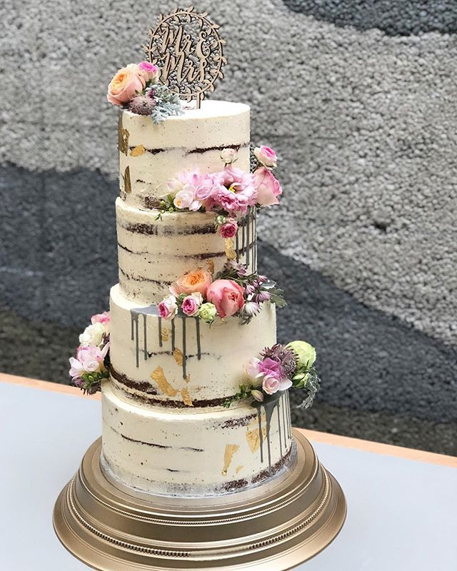 Another semi-naked weddingcake with fres