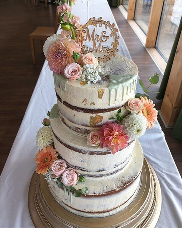 Mint green & 🍑 #seminaked weddingcake_.