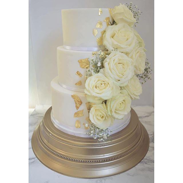 GOLD & white roses #weddingcake_._._