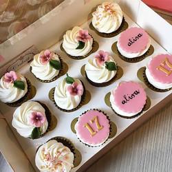 S W E E T 17 #birthdaycupcakes #cupcakeb