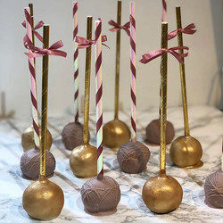 Matching cakepops and cupcakes #gold #an