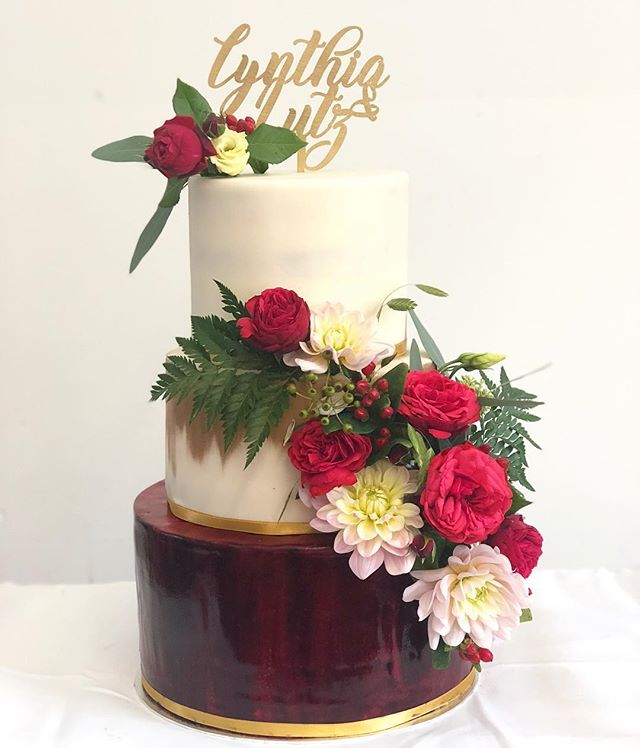 Red, Gold and Green #weddingcake_._._