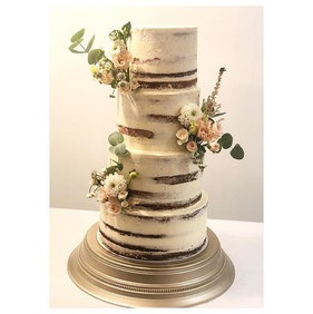 Less is more #seminakedweddingcake_._._.