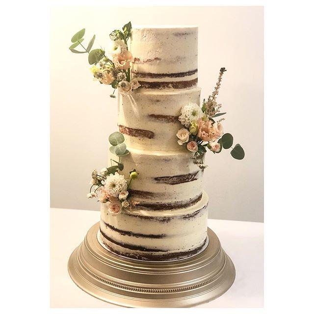Less is more #seminakedweddingcake_._._.