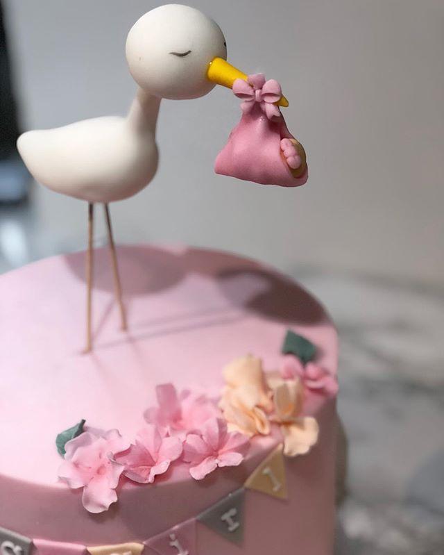 It's a girls 🎀 #babyshowercake_._._