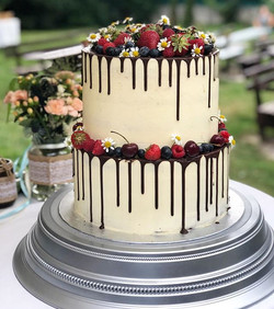 Berries, flowers and drizzle 💕 #wedding