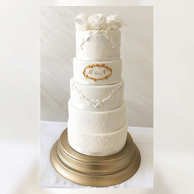 W H I T E #weddingcake #whiteweddingcake