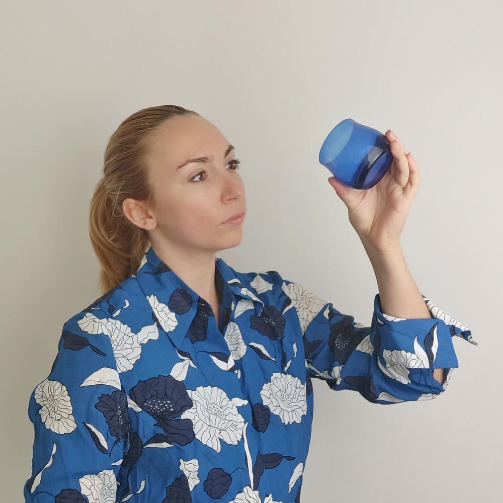 Melanie Pascal bei der Begutachtung im Olivenöl Glas