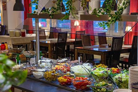 Maku ja Palan lounas – runsas salattipöytä
