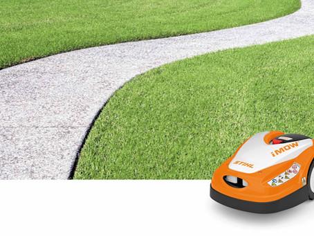 Der Mähroboter von Stihl hält den Rasen fit