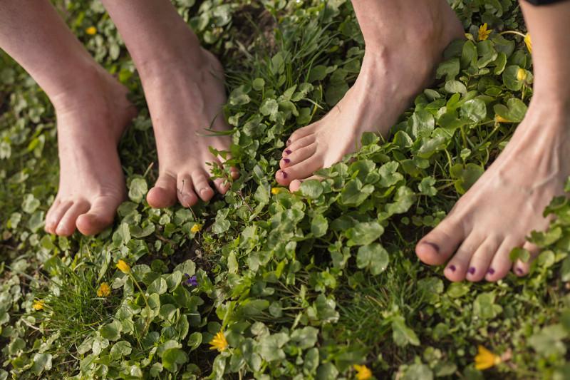4 Füße barfuß im Gras (Foto von Christian Novak)