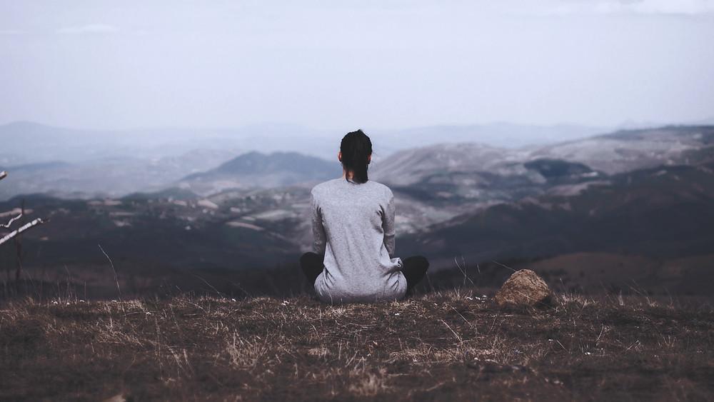 In Ruhe nachdenken, Blick über ein Tal