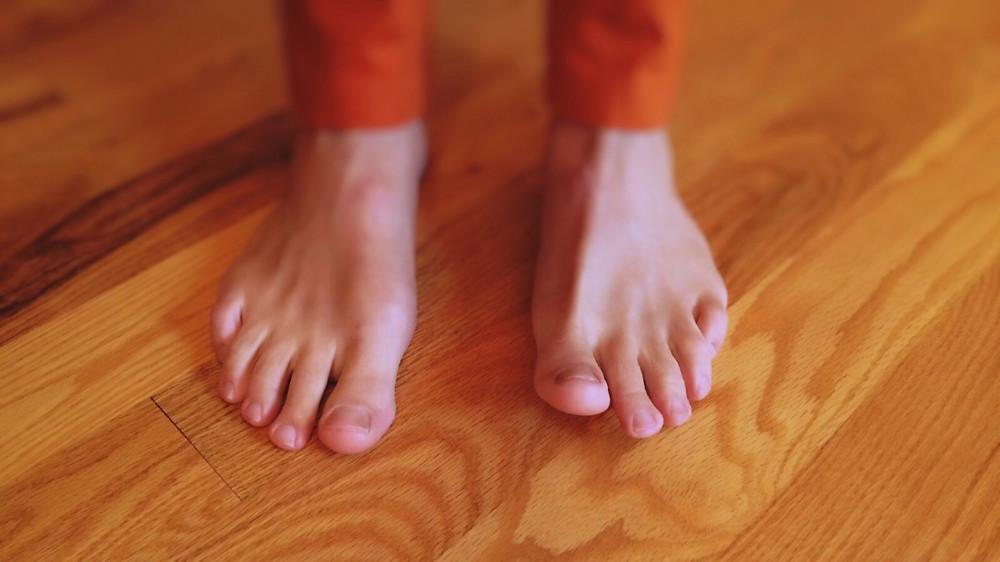 Füße auf Holzboden (Foto von pxhere.com)