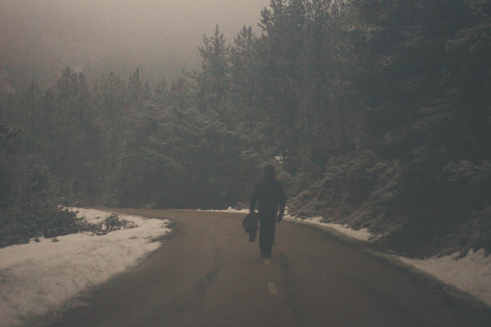 fotografía de autor ara orozco hombre solitario niebla  bosque carretera