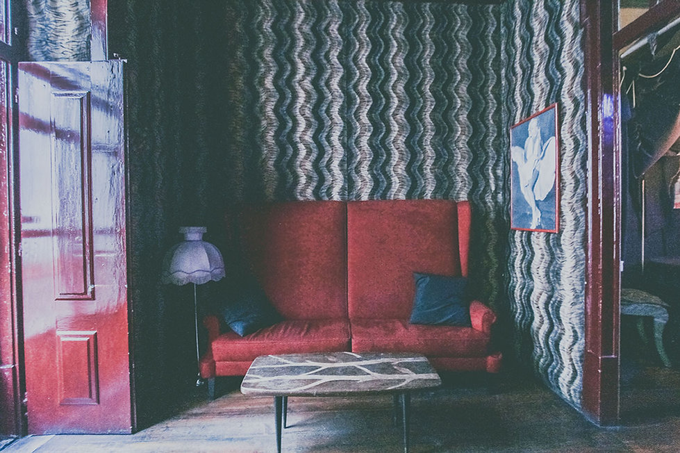 lisboa travel photogaphy ara orozc  sofá rojo habitación erótica