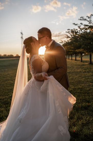 Odenwald | Hochzeit im Odenwald | Hochzeitspaar | Sonnenuntergang | Sonnenuntergangsfotos | Hochzeit trotz Corona | Gutshof Ladenburg | Hochzeit feiern Corona | Kirchliche Trauung
