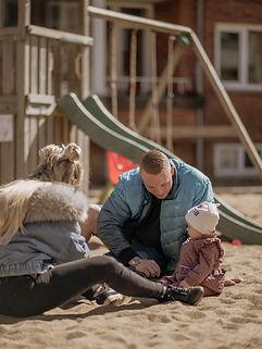 familie leger på en legeplads