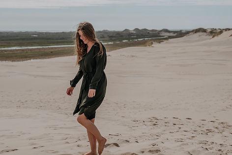 fotograf Helene Roest går på sand.jpg