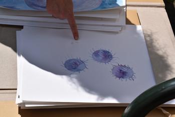 Ruth zeigt Eleni ihre Kunst