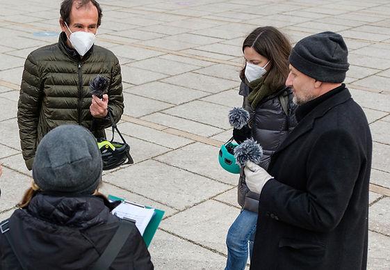 Der Künstler Bela Borsodi, die St. Anna Kinderkrebs Forscher Eleni Tmazou und Heinrich Kovar beim Gespräch.