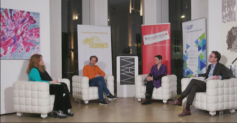 4 Personen sitzen zusammen und diskutieren über Forschung und Wissenschaft.
