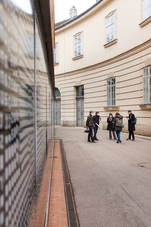 Menschengruppe vor Architektur