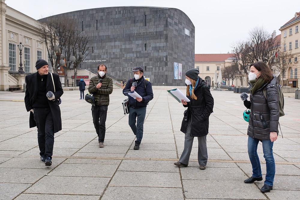 Gruppe von Menschen vor moderner Architektur
