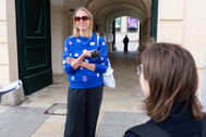 Modedesignerin Romana im Austausch mit Wissenschaftlerin Eva