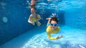 Bebi plivanje: Koja je razlika između bebi plivanja i programa druženja roditelj sa bebom u vodi?
