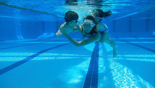 Swimming: How can mums and their children swim together?