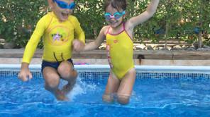 Plivanje kroz igranje: Zašto je važno da deca nauče da plivaju igrajući se?
