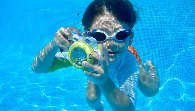 Fotografisanje dece u bazenu